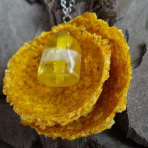 Ketting met hanger van papier gemaakt van gele courgettepulp