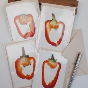 kaarten met ingedroogde rode paprikaschijf